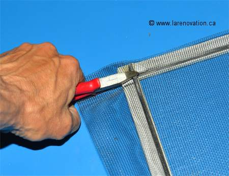 R paration d 39 une moustiquaire de fen tre - Comment mettre une moustiquaire ...