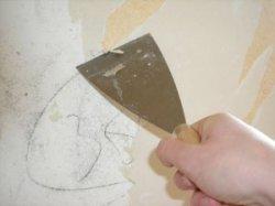 utiliser une spatule pour enlever la tapisserie murale