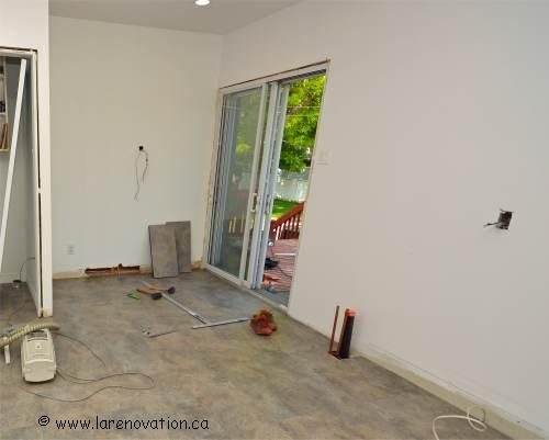 Photo du mur de cuisine réparé prêt pour la pose des armoires