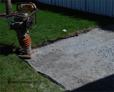 Faire un patio en dalles de ciment for Installer gravier jardin