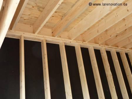 La charpente du plancher est assemblée sur les murs