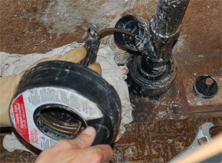 photo du dbouchage dun tuyau avec un dgorgeoire - Comment Deboucher Un Lavabo De Salle De Bain