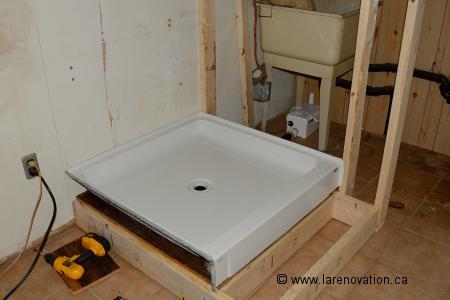Installer le drain d 39 une cabine de douche - Installer une douche a la place d une baignoire ...