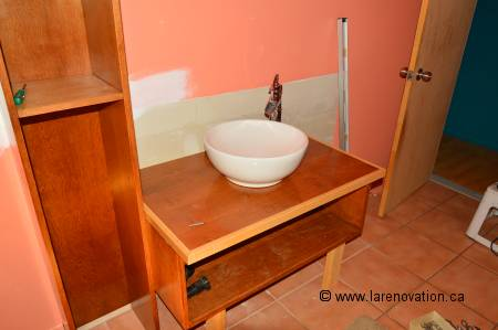 Photo de la pose d'un évier de salle de bain