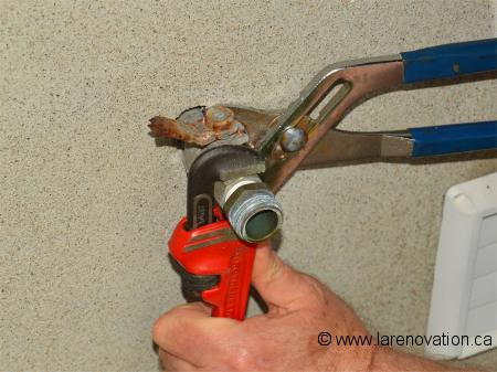 photo du dvissage du robinet avec une cl molette - Comment Changer Les Joints D Un Robinet