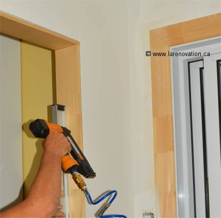 Installer une porte int rieure pose du chambranle - Renovation de porte interieure ...