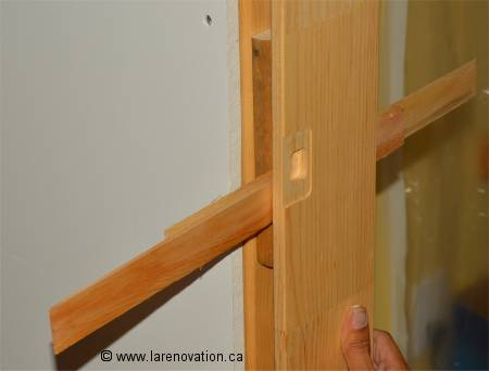 Installer une porte int rieure pose du chambranle for Moulure porte interieure