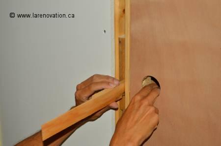 installer une porte int rieure pose du chambranle. Black Bedroom Furniture Sets. Home Design Ideas
