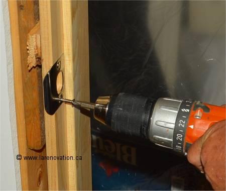 Comment installer une poign e de porte int rieure - Fabriquer une porte interieure ...
