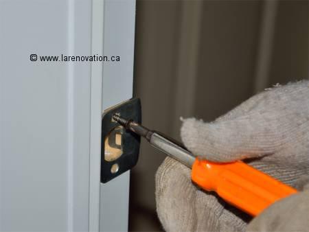 Comment faire l 39 installation d 39 une poign e de porte - Comment ouvrir une porte sans poignee ...