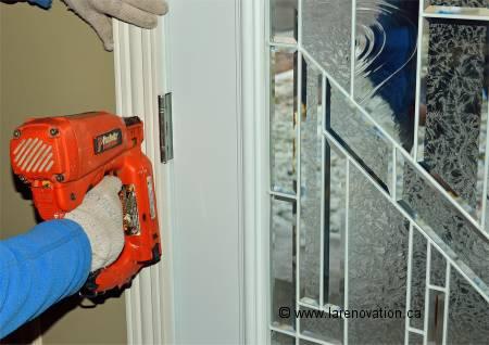 Installer le cadrage d 39 une porte pose des moulures for Installer une porte exterieure
